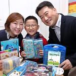 초등학교 입학선물을 받은 LG디스플레이 직원 가족의 모습