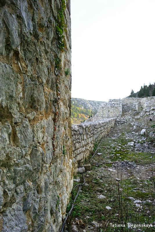Вдоль крепостной стены