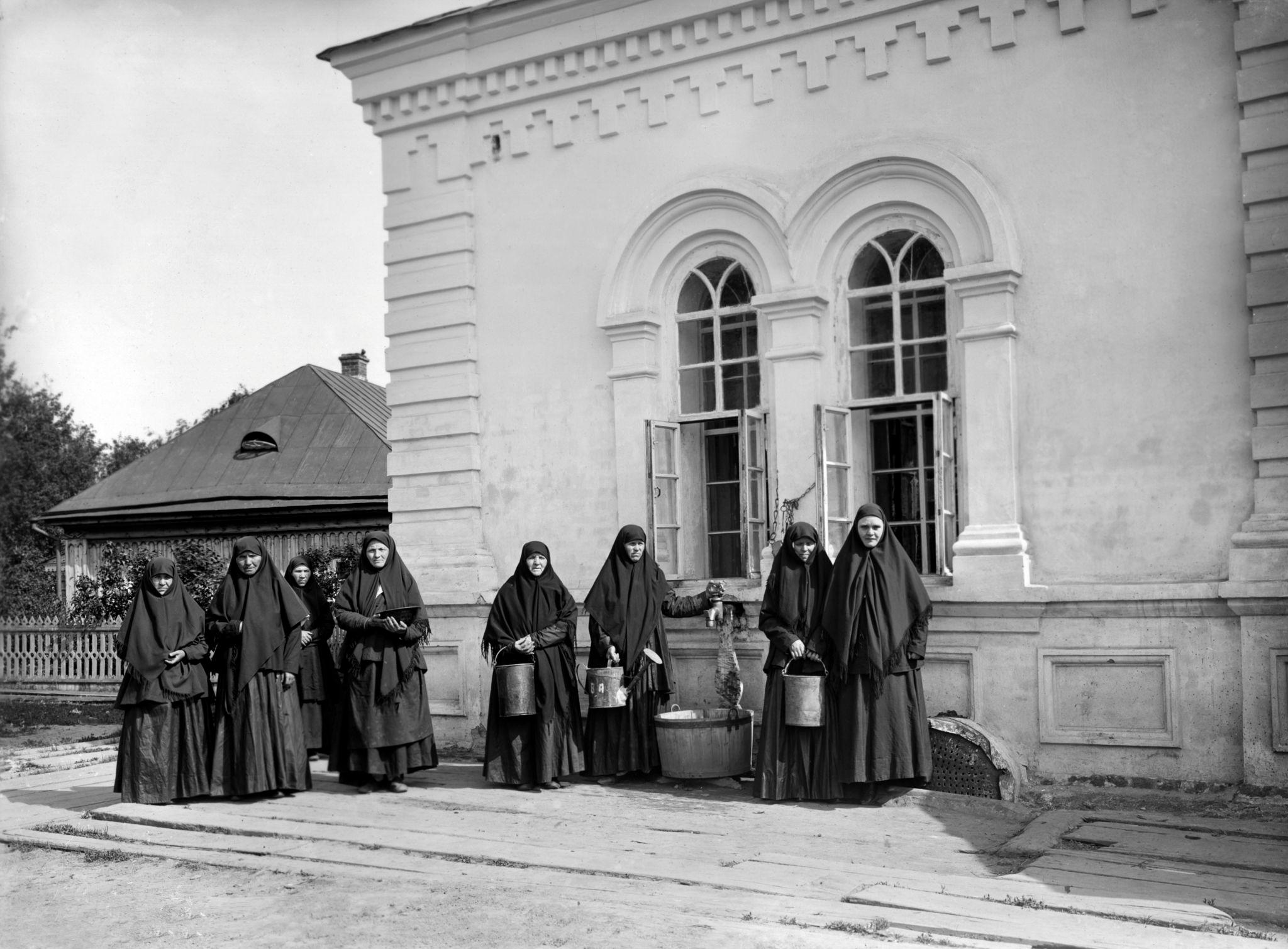 Сестры Дивеевского монастыря у водокачки