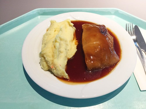 Stuffed cabbage roll with gravy & mashed potatoes / Krautwickerl mit Bratensauce & Kartoffelpüree