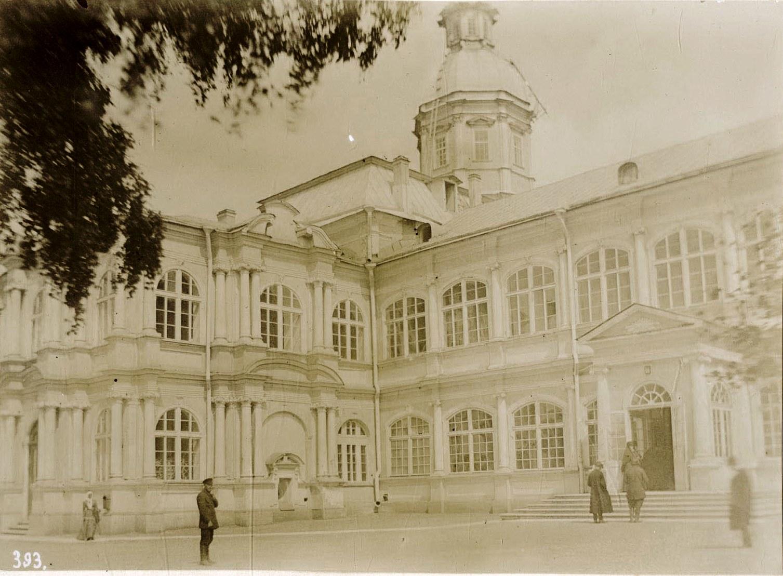 10. Александро-Невская Лавра, вход в Духовскую церковь, налево Благовещенская, а в верхнем этаже Александро-Невская церкви