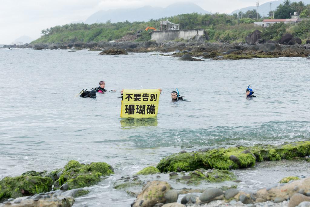 珊瑚礁體檢志工們憂心珊瑚因開發案遭受破壞。攝影:吳宜靜
