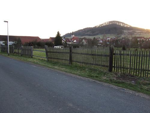 20110323 0210 510 Jakobus Sünna Kirche Zaun Berg Bäume