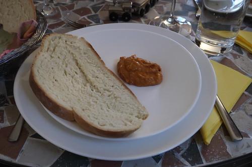 Frisch gebackenes Kanarisches Weißbrot mit Almogrote