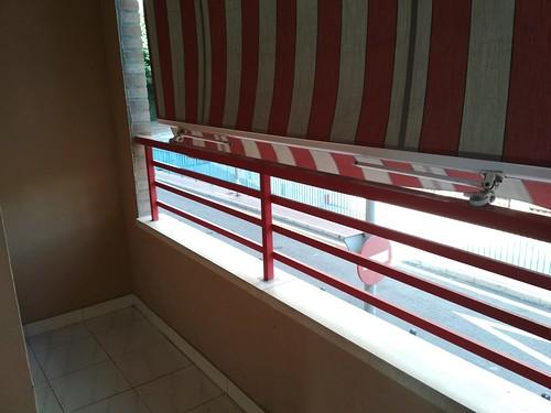 Dos terrazas abiertas con toldos, muy soleadas. Solicite más información a su inmobiliaria de confianza en Benidorm  www.inmobiliariabenidorm.com