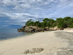The twins and I discover a completely deserted and pristine beach on Nusa Lembongan