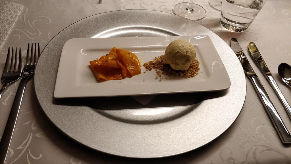Butternusskürbis-Carpaccio mit Speckeis