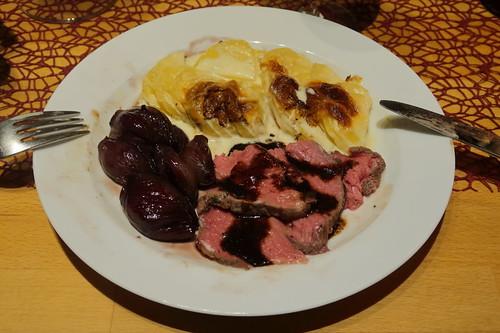 Roastbeef mit Rotweinsud, Kartoffelgratin und Rotweinschalotten (mein 2. Teller)