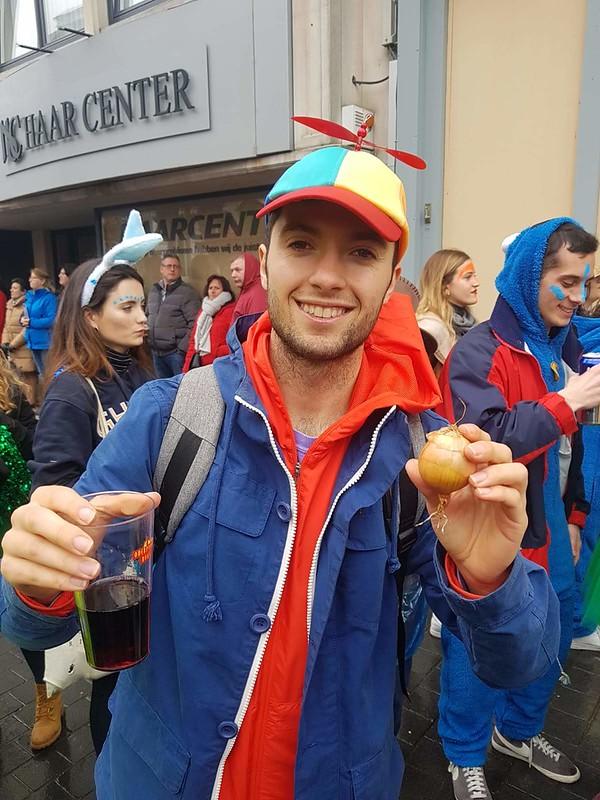 Carnavales en Aalst con una cebolla en la mano