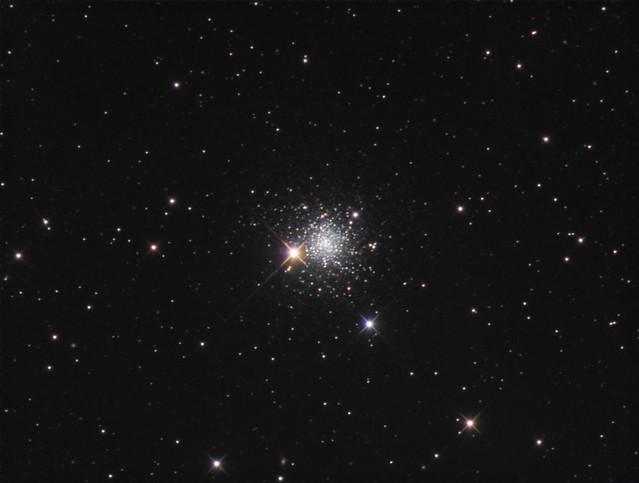 VCSE - A kép forrása: http://cs.astronomy.com/asy/m/starclusters/491709.aspx. Hat óra összexpozíció (L: 24x600s – 240 perc, RGB: 8x300s – 40 perc/színszűrő). A képet 2017. májusában és júniusban hét éjszakán vette fel a dcrowson művésznéven futó amatőr az új-mexikói Rancho Hidalgo Sötét Égbolt Parkból SBIG STF-8300M kamerával, ami egy Astro-Tech AT12RCT típusú, 30,5 cm-es távcsővön volt (f/8). - dcrowson