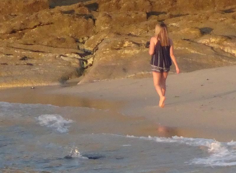 Paseando sola por las rocas