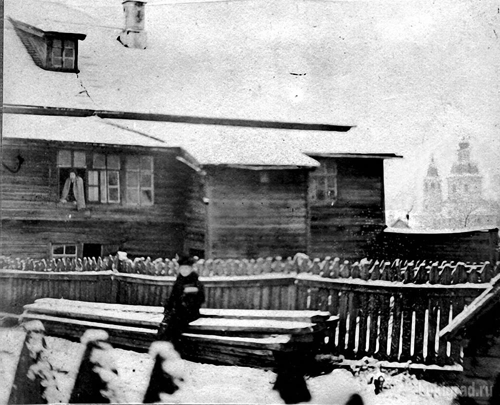 Во дворе дома Ковзанов. Вид на Пятницкую церковь
