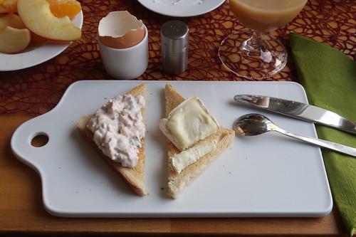 Vegetarischer Fleischsalat und Schafsbrie auf Toast