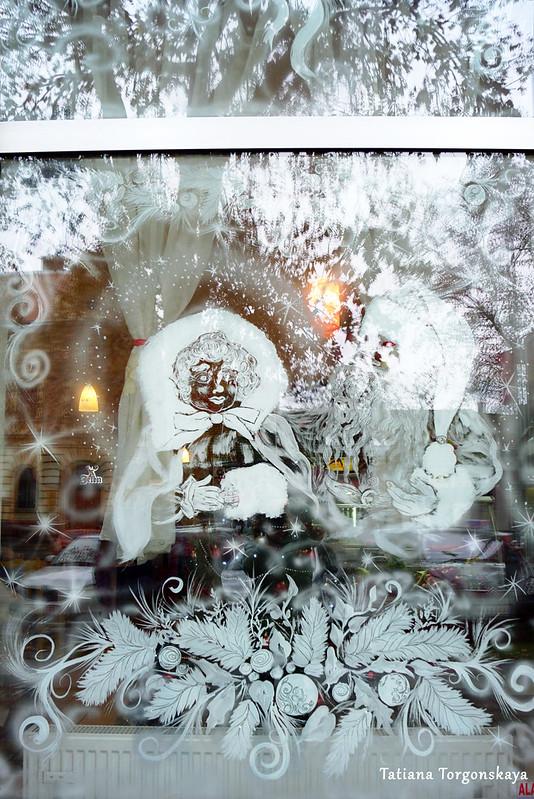 Окно кафе, украшенное рисунками