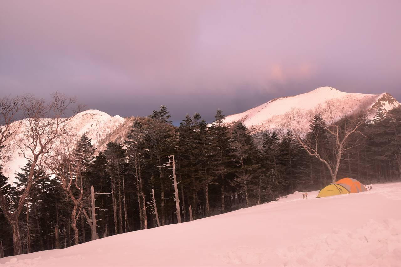 三伏峠冬季小屋から雪の南アルプスと夕焼け