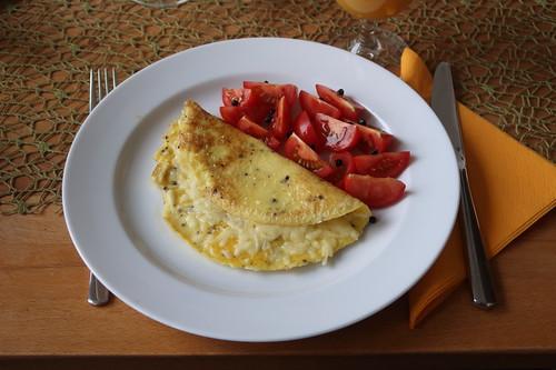 Käseomelette und Tomatenspalten