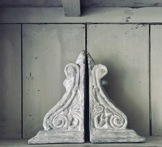 Stoer ornament in open landelijke kast