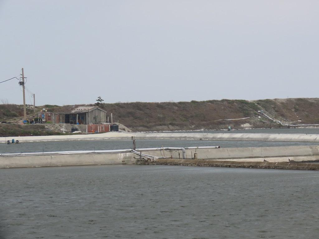 當地海堤外的魚塭。攝影:廖靜蕙