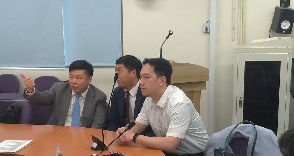 福海風場的開發單位福海風力發電公司代表聆聽會議結論。攝影:孫文臨