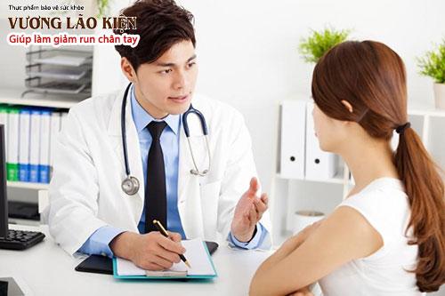 Bạn hãy nhớ mang theo chứng minh thư, thẻ bảo hiểm y tế và nói với bác sĩ nếu ông, bà hay bố, mẹ bạn cũng bị run