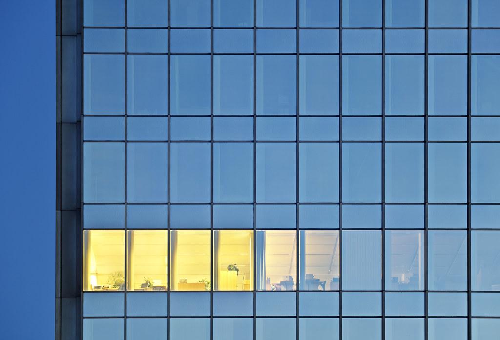 照明通常占辦公室耗能四分之一以上,如何充足光線又減少耗能便非常重要。圖片來源:IndustryAndTravel / envato
