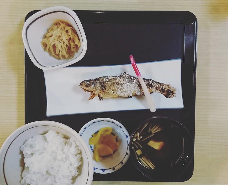松の里の「活岩魚定食」