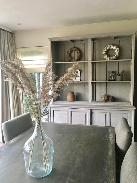 Open grijze kast landelijke woonkamer