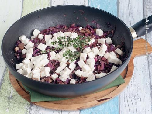 Rotkohlpfanne mit Belugalinsen und geschmolzenem Ziegenkäse (2)