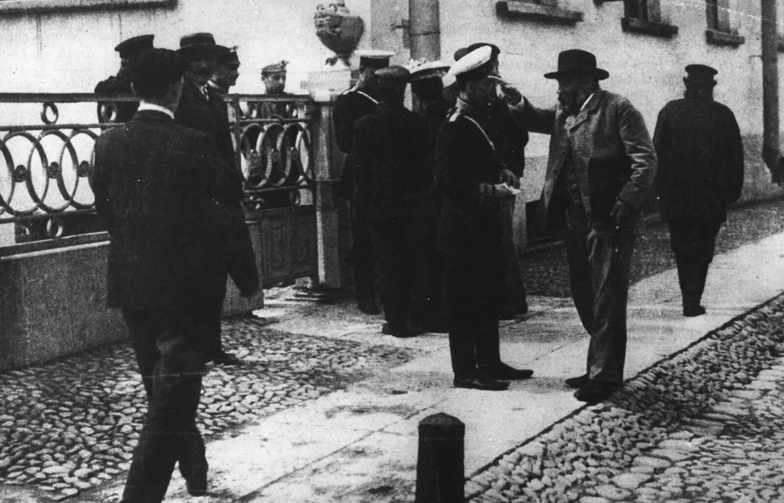 У Таврического дворца после роспуска Государственной думы. 1906