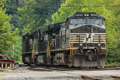 NS U41 heading to pick up their train in Appalachia, VA.