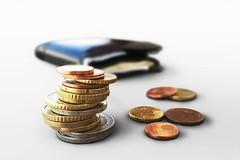 Euro Münzgeld vor Portmonee - Nahaufnahme (Geld, Kleingeld, Münzen)