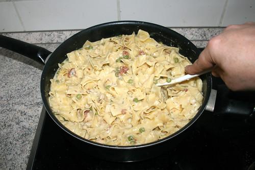 43 - Nudeln mit Sauce vermengen / Mix pasta with sauce