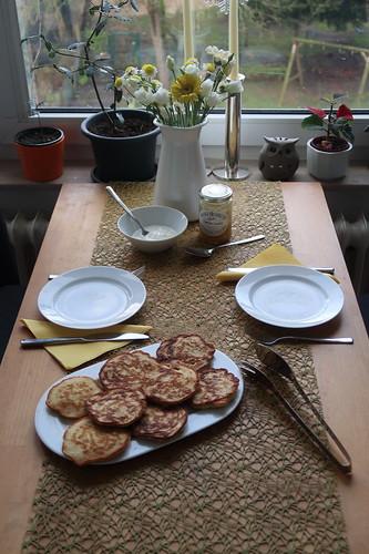 Joghurt-Pancakes mit Lemon Curd (Tischbild)