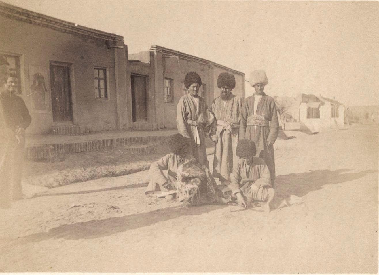 Мерв. Группа текинцев перед гостиницей