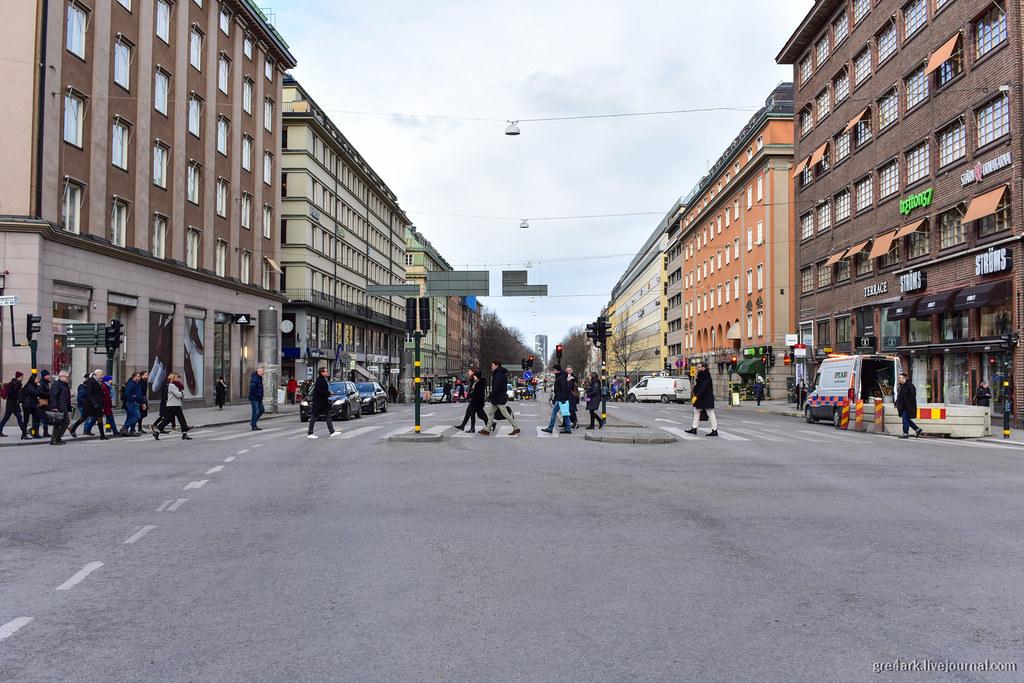 Пример безопасного перехода через широкую улицу, Стокгольм