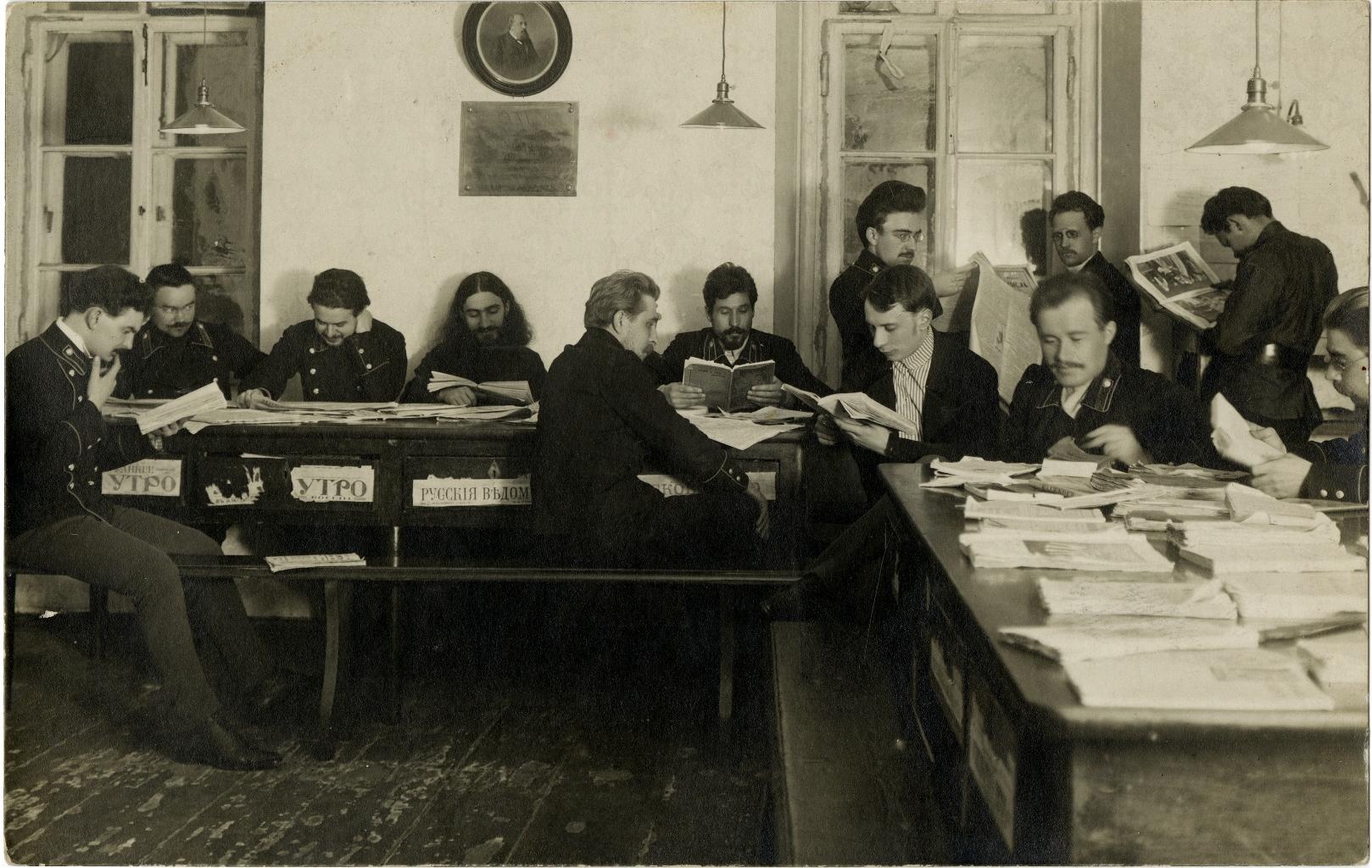 Студенты Московской Духовной Академии за чтением свежей прессы