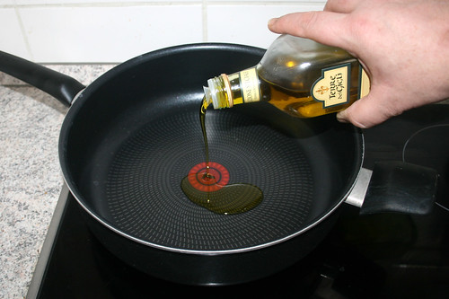 11 - Olivenöl in Pfanne erhitzen / Heat up olive oil in pan