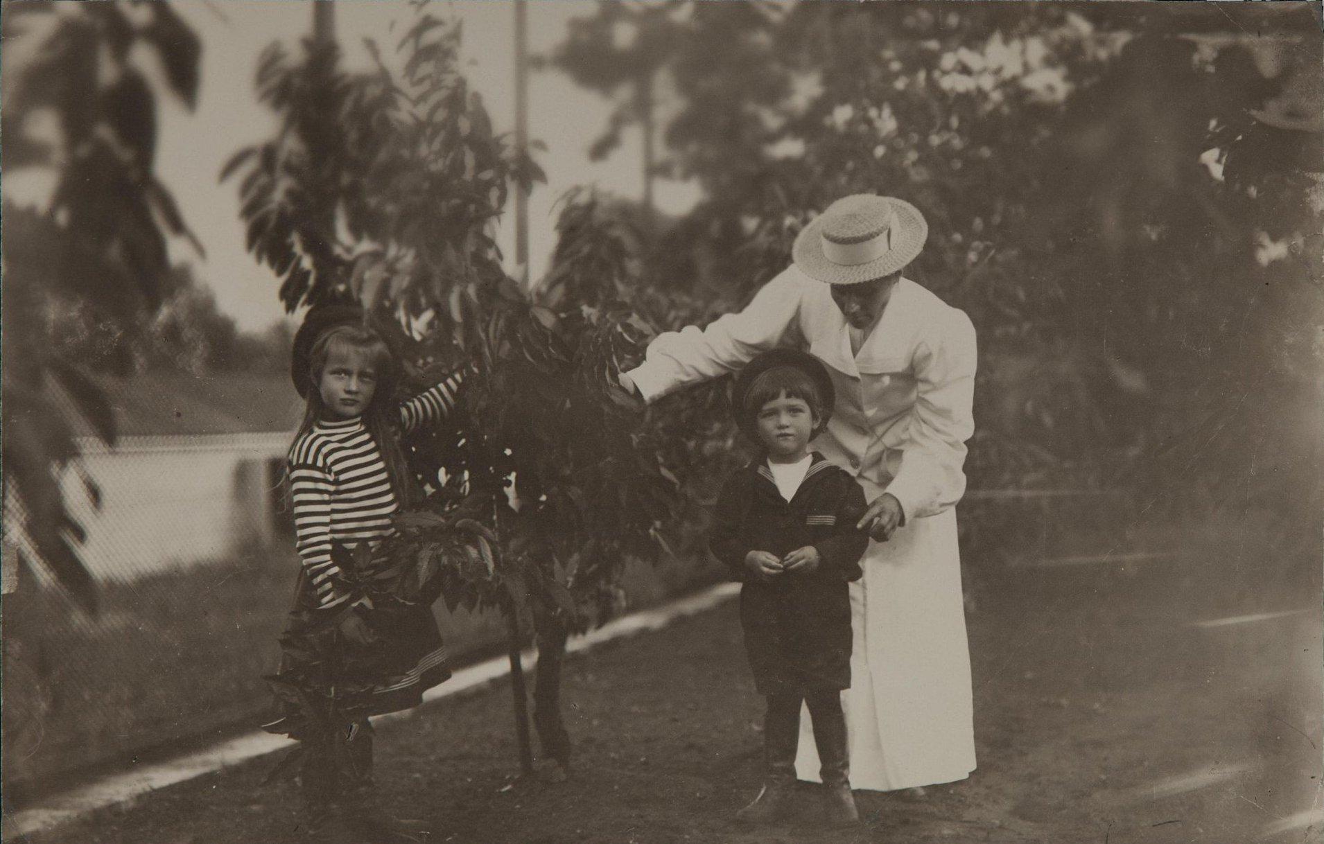 1907. Цесаревич Алексей Николаевич и Анастасия Николаевна с воспитательницей. Крым
