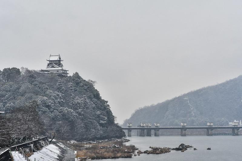 雪の犬山城と木曽川