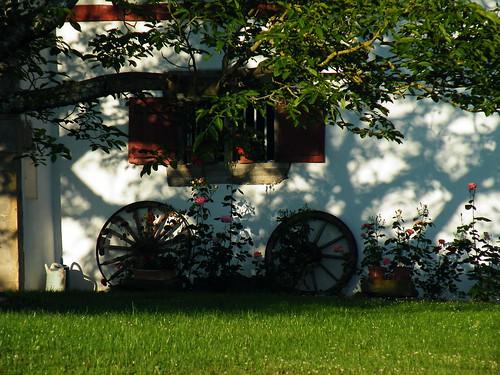 20090603 006 1113 Jakobus Iholdy Wagenräder Blumen Baum_K