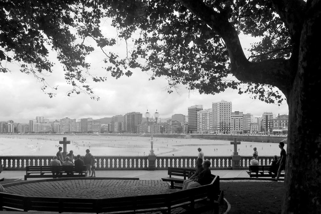 Un panorama de Gijón en blanco y negro