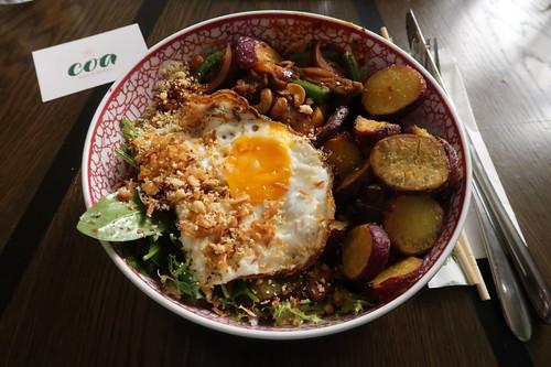 Dirty Bowl (Rindfleisch mit Süßkartoffeln, Cashews, Babyspinat, Zwiebeln, Rotkohl und Spiegelei)