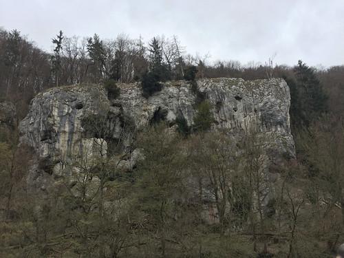 11 - Felswand mit Höhlen - Donaufahrt zum Kloster Weltenburg
