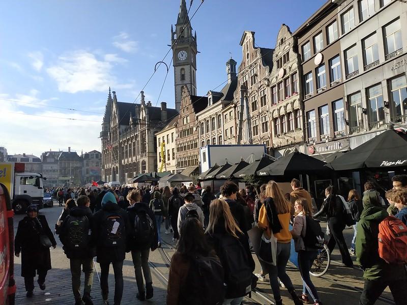 Estudiantes en Korenmarkt Gante