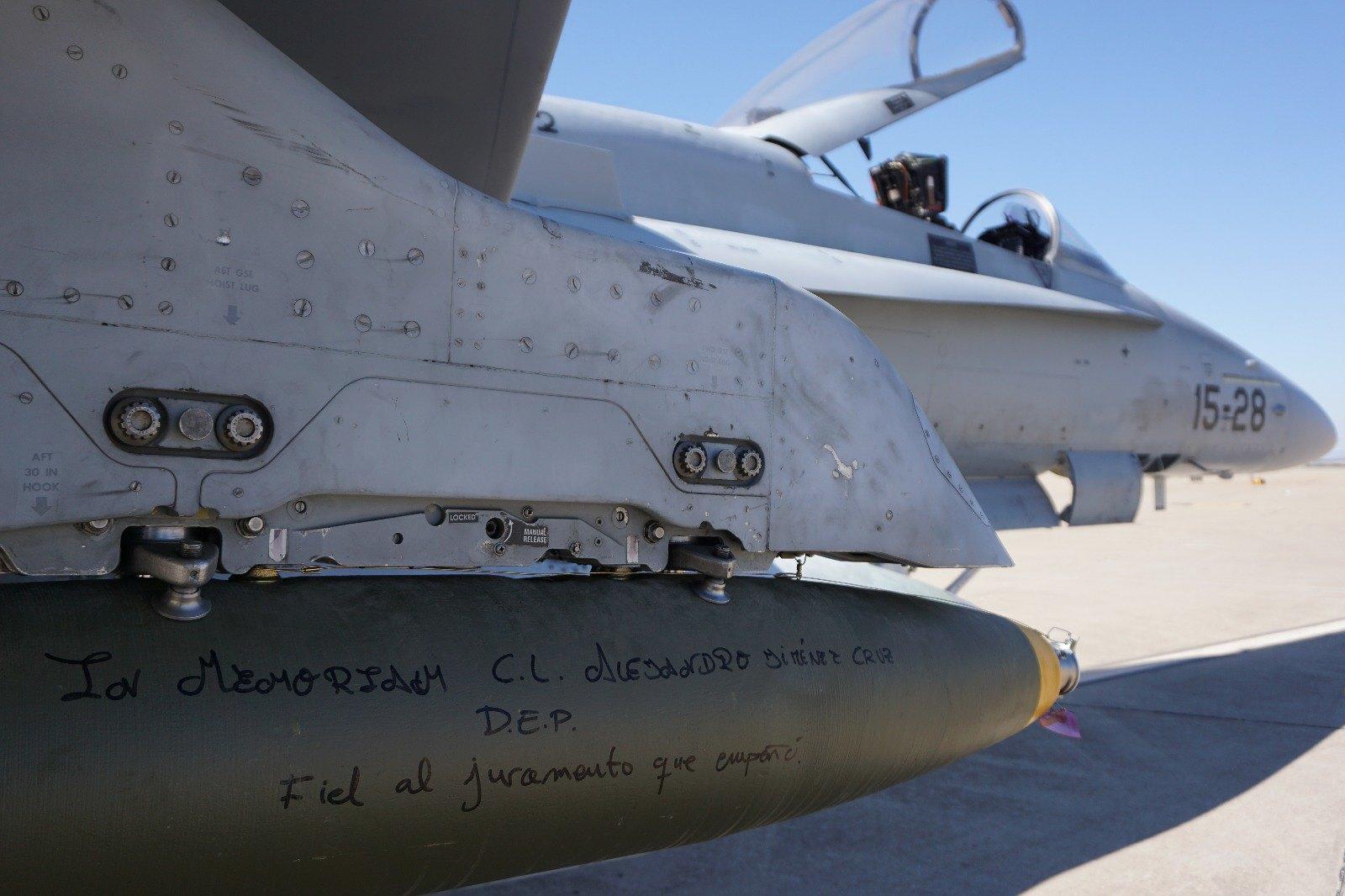 F-18 del Ala 15 cargado con una bomba real que homenajea al caballero legionario fallecido en un ejercicio en Alicante