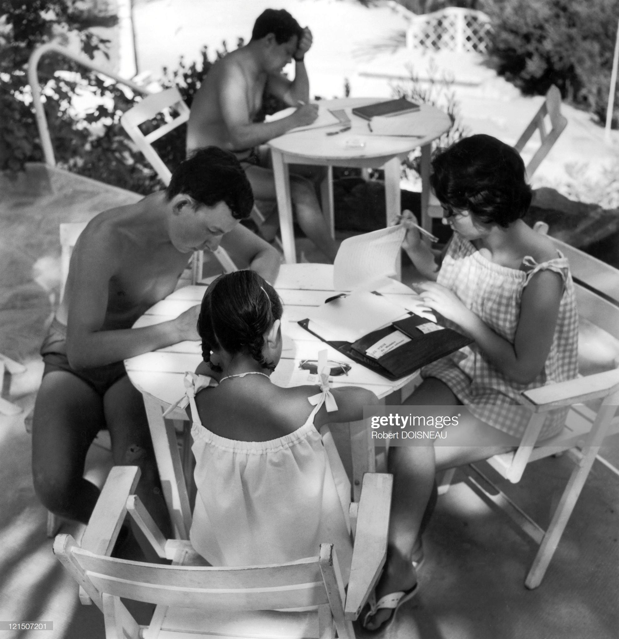 1959. Отдыхающие пишут письма на Французской Ривьере в августе