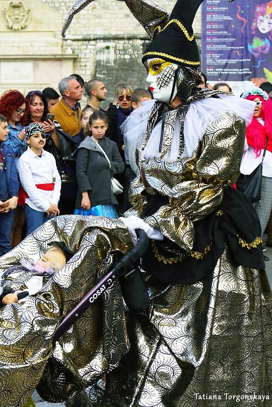 """Женщина с ребенком представляют костюм """"Увидеть Венецию и умереть, увидеть Котор и жить"""""""