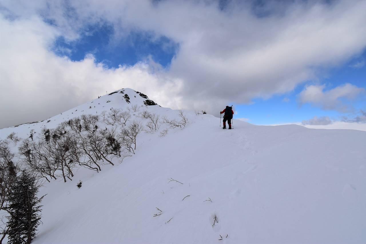 冬の烏帽子岳山頂へ
