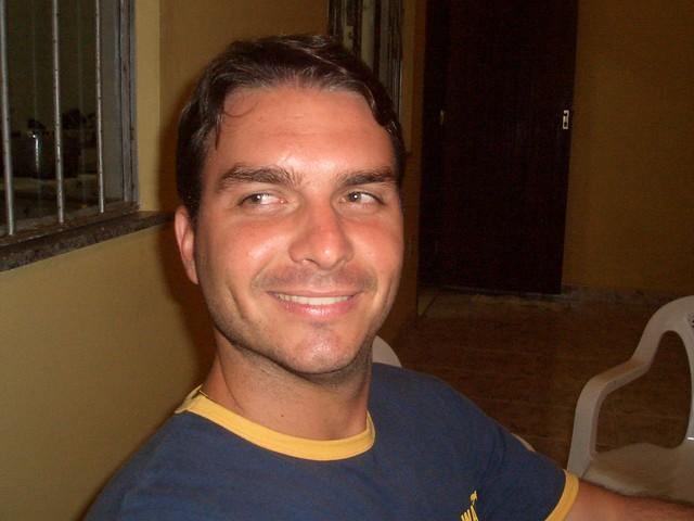 Então com 19 anos, Flávio recebia equivalente à R$ 13 mil em verbas públicas - Créditos: Blog Família Bolsonaro/Reprodução