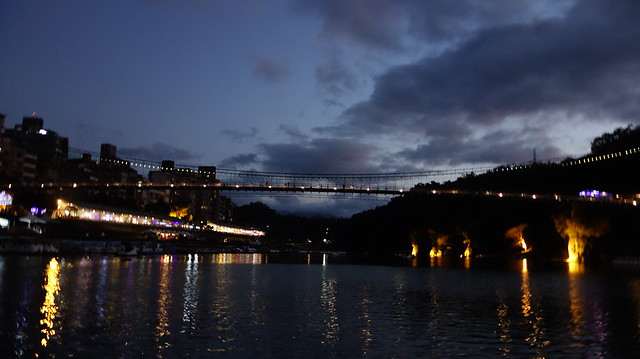 吊橋上還沒有大放燈光時的樣子